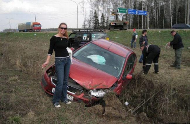 Фото девушки возле машины в кювете