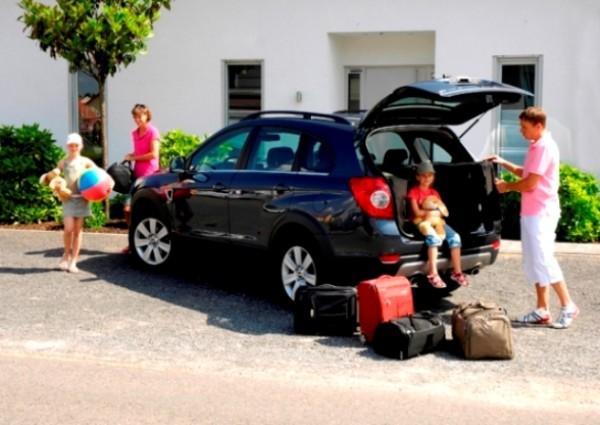 Семье с чемоданами возле машины