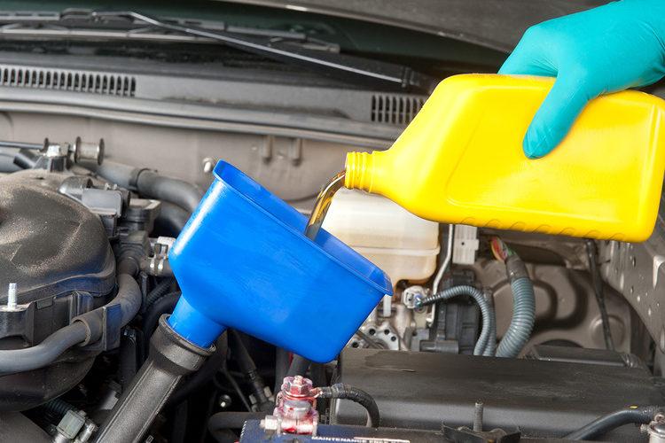 Залив моторного масла в авто