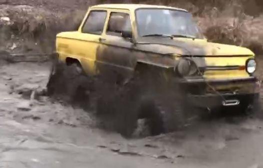 Запорожец-вездеход в грязи