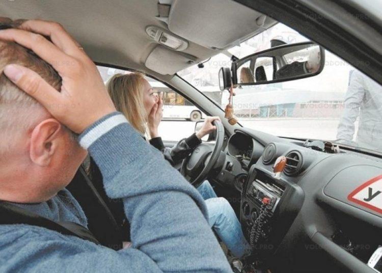 Испуганная ученица автошколы за рулем