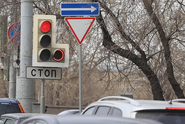 Светофор и знак Стоп