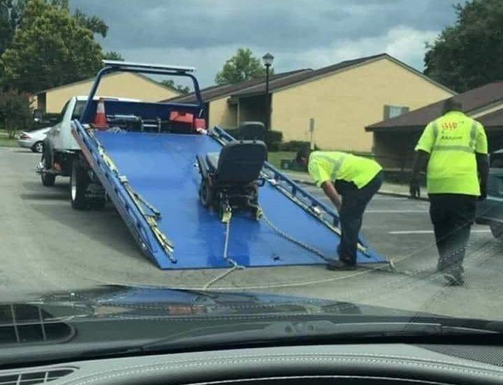 Погрузка инвалидной коляски на эвакуатор