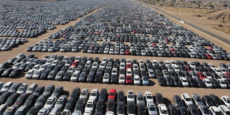 Авторынок с рядами машин