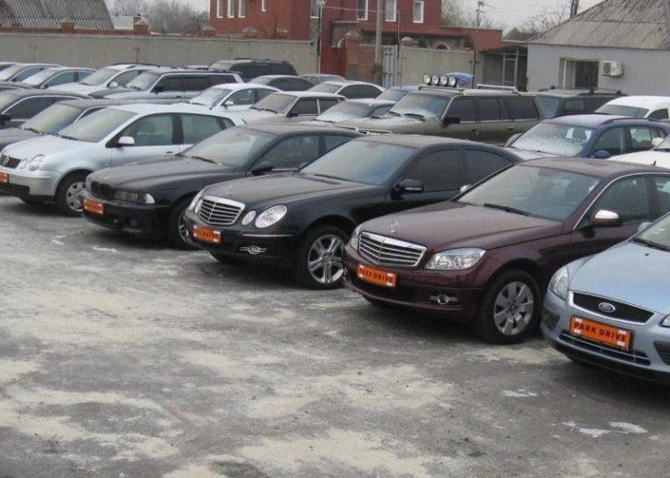 Ряд подержанных авто