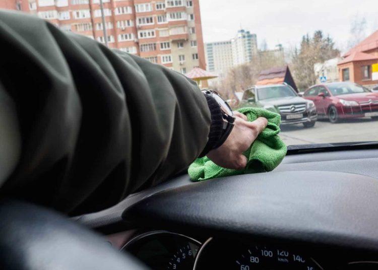 Вытирание тряпкой стекла автомобиля