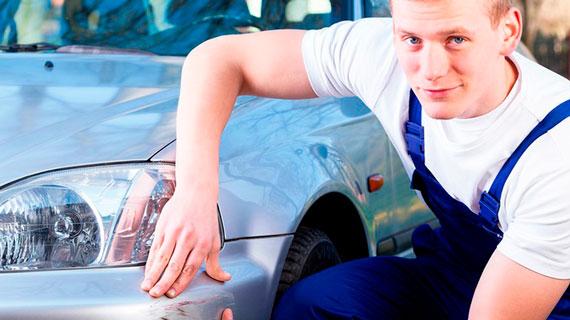 Мастер показывает царапину на авто