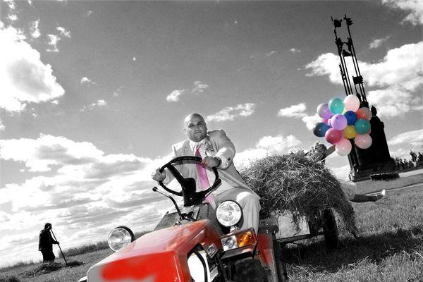 Жених на маленькой машинке с сеном