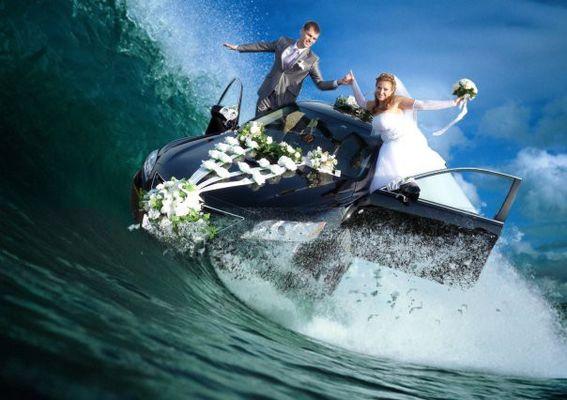 Невеста и жених на машине в воде