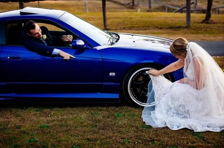 Невеста вытирает машину фатой