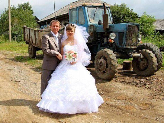 Жених и невеста на фоне трактора