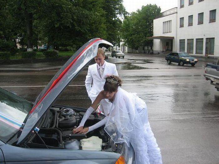 Невеста копается под капотом