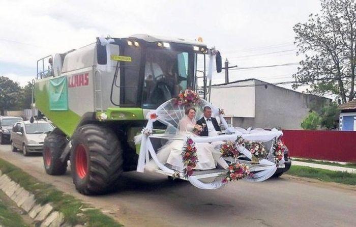 Жених и невеста в украшенном ковше грузовика
