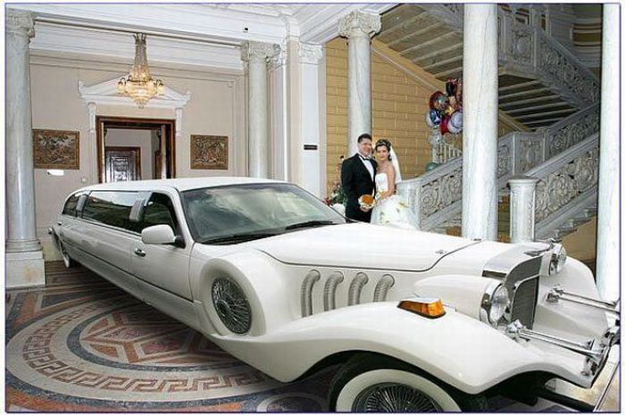Огромная машина и молодожены в помещении