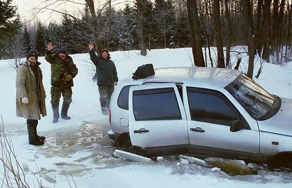 Машина во льду и рыбаки