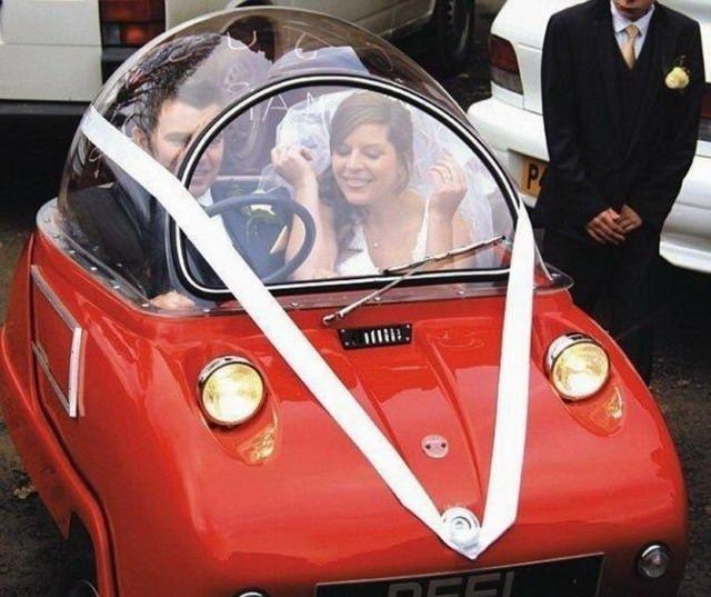 Жених и невеста в маленькой машине