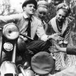Старое фото мотоцикла Ява и людей
