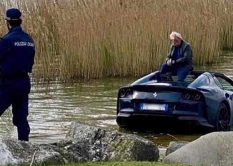 Мужчина сидит на утопленном Ферари