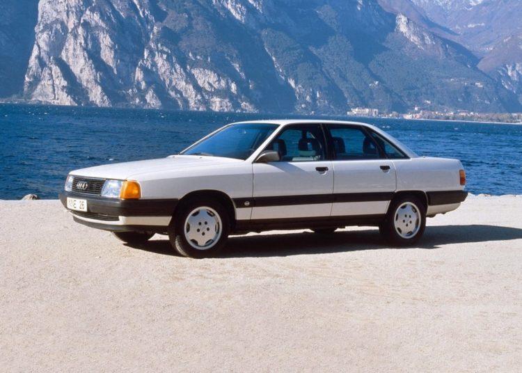 Audi 80 на берегу
