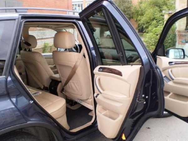 Автомобиль с открытыми дверями