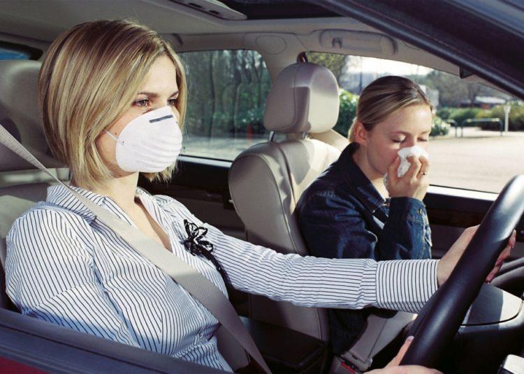 Женщины в автомобиле в респираторах