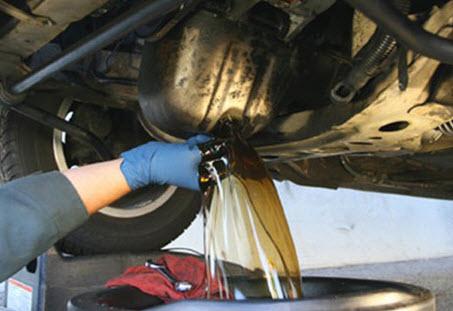 Слив масла из авто через сливное отверстие