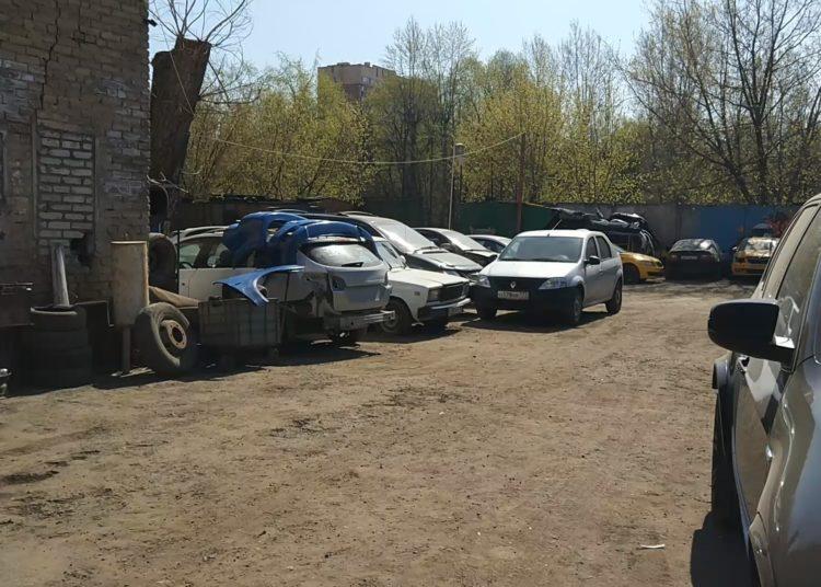 Автомобили на заднем дворе