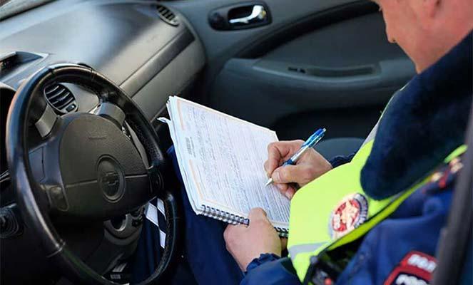 Сотрудник ДПС заполняет документ