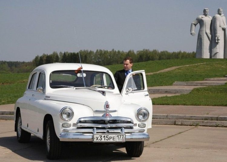 Медведев возле ГАЗ-20