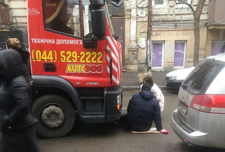 Мужчина лег перед эвакуатором