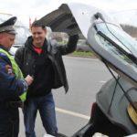 Проверка багажника авто полицейским