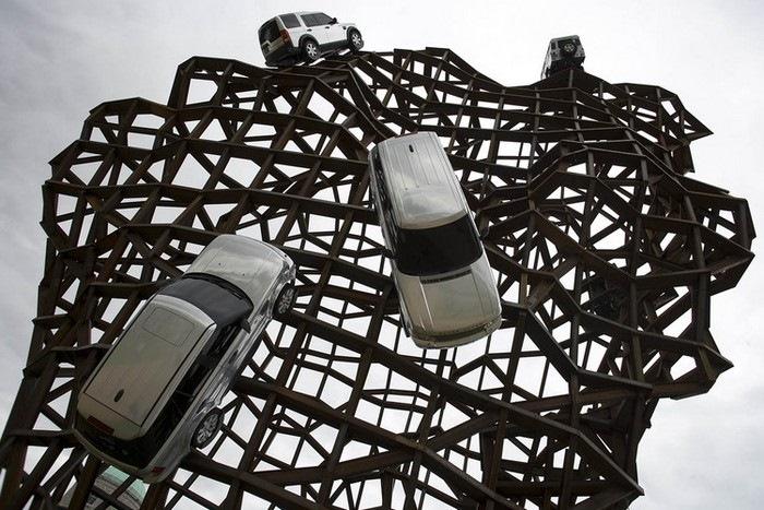 Памятник внедорожника Land Rover