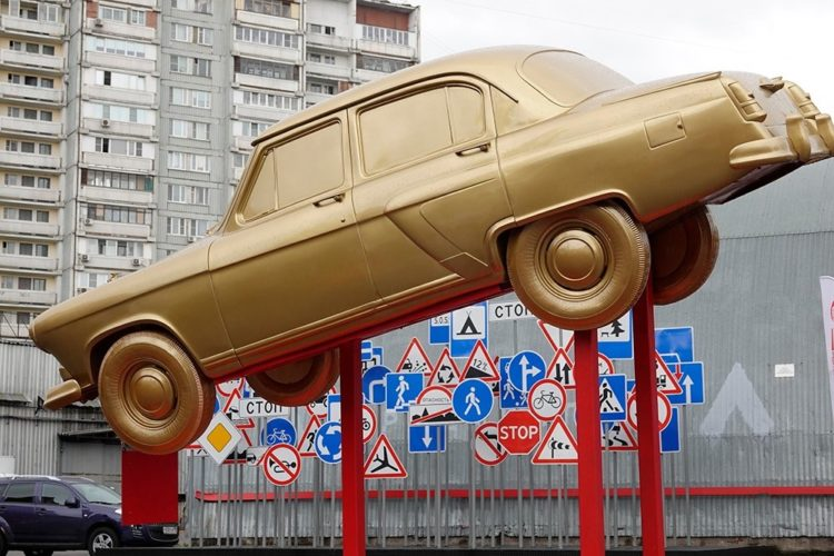 Авто перед музеем Дмитрия Октябрьского
