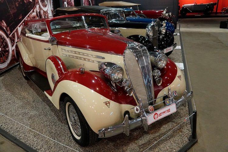 Старинный автомобиль в ретромузее
