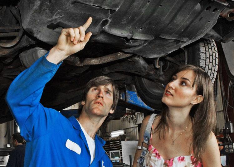 Мастер, девушка и авто на эстакаде
