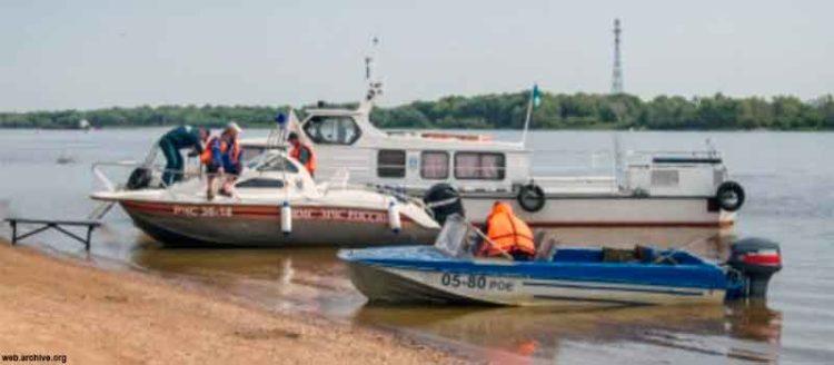 Катер и лодка у берега