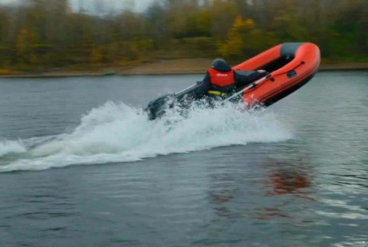 Надувная лодка на скорости