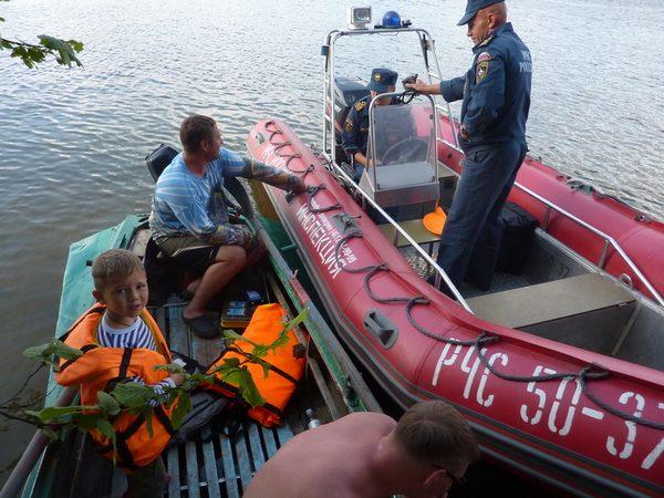 Полицейский на надувной лодке