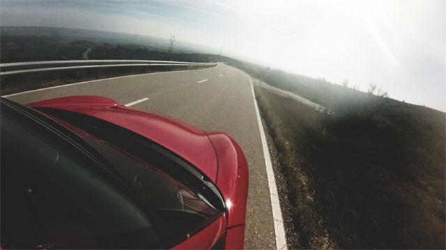 Машина едет по пустой трассе
