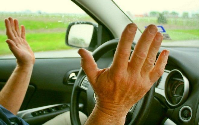 Водитель убрал руки с руля