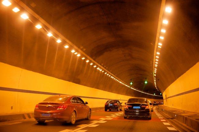 Автомобили в тоннеле