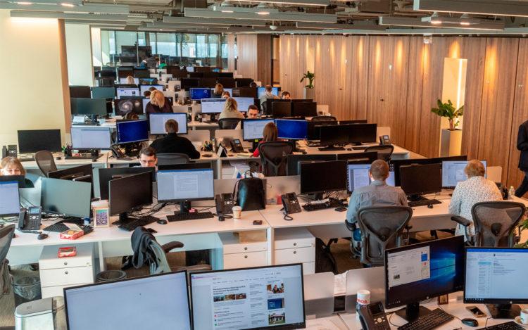 Офис с сотрудниками, столами, компьютерами