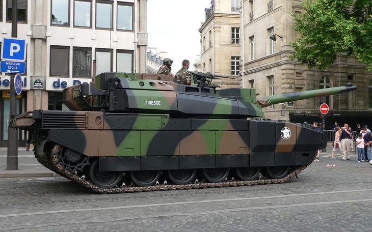 Танк AMX-56 Leclerc в городе