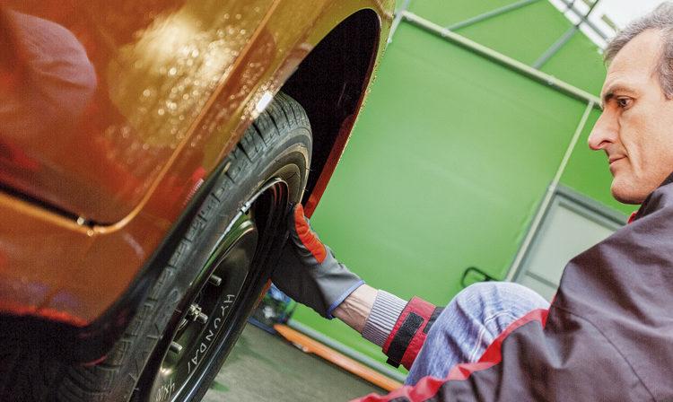 Человек проверяет шину