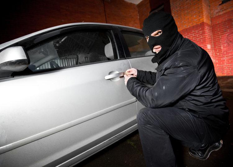 Угонщик открывает авто
