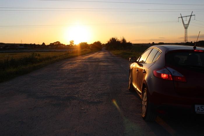 Машина на дороге и закат