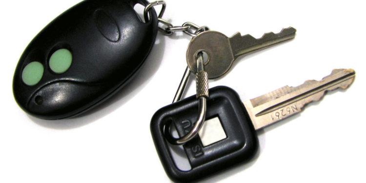 Ключи от авто с брелоком