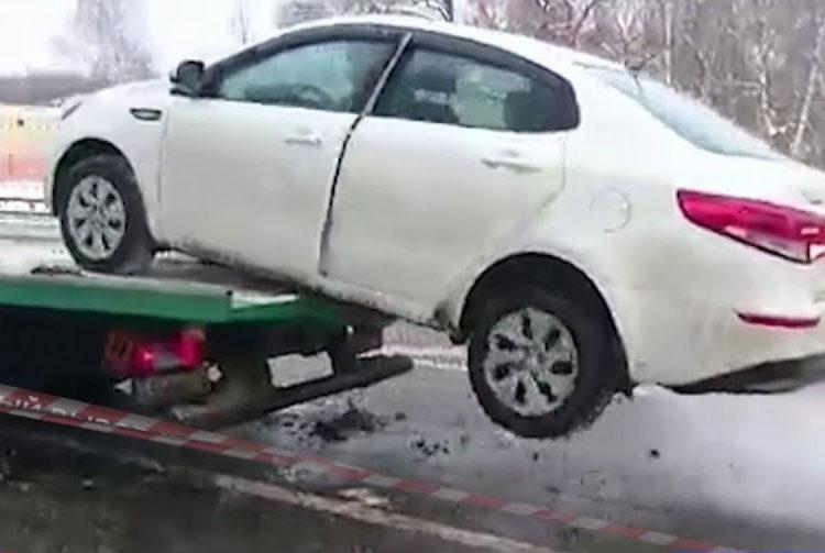 Автомобиль съезжает с эвакуатора