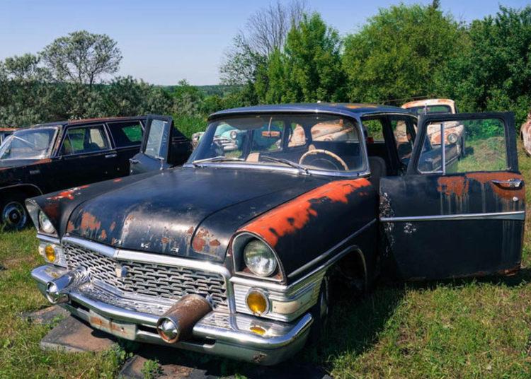 Старая машина на поляне