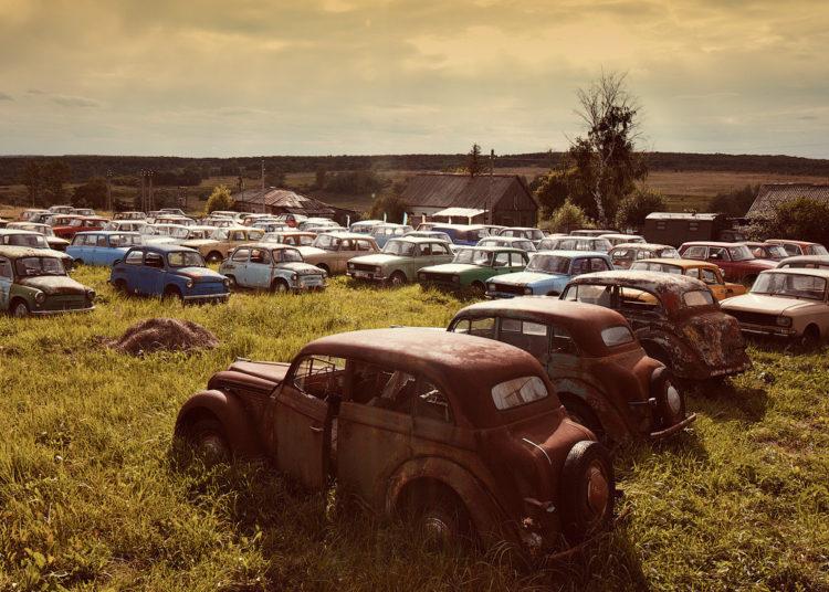Старые автомобили в поле